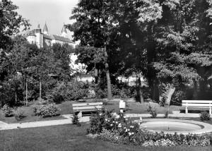 Gruenflaeche-Johannisstr_mit-Brunnen_Postkarte_um1960_Stadtarchiv
